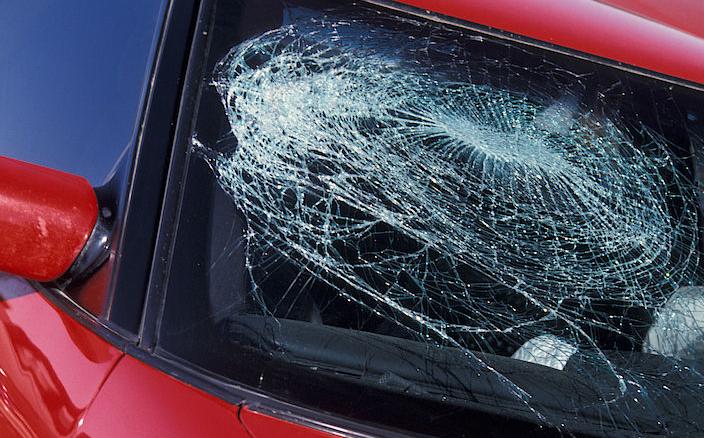 prasklé sklo auta