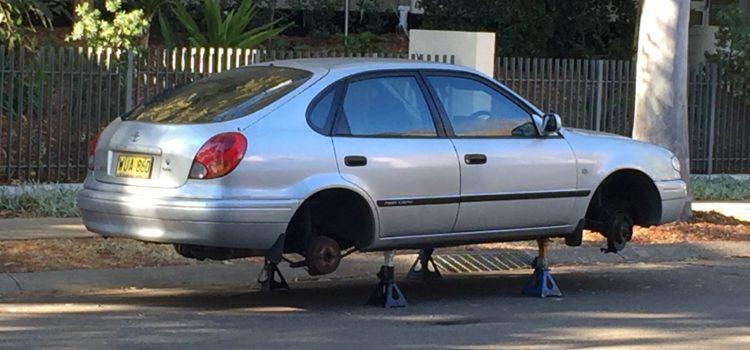 auto s ukradenými pneumatikami